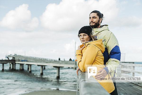 Ehepaar auf der Seebrücke in Heiligenhafen