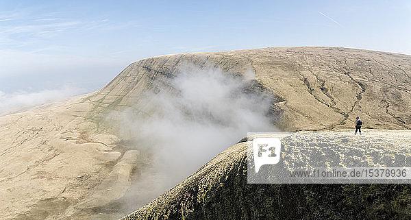 UK  Wales  Brecon Beacons  Junge Frau beim Wandern in Bannau Sir Gaer Ridge