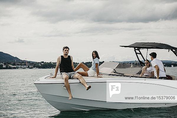 Freunde entspannen sich auf einem Boot auf einem See