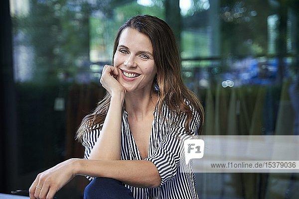 Porträt einer lächelnden Geschäftsfrau in der Stadt