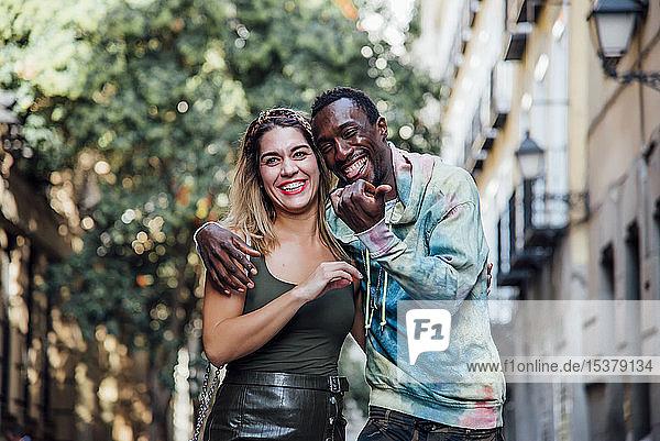 Porträt eines Paares auf der Straße  das sich amüsiert  Madrid  Spanien