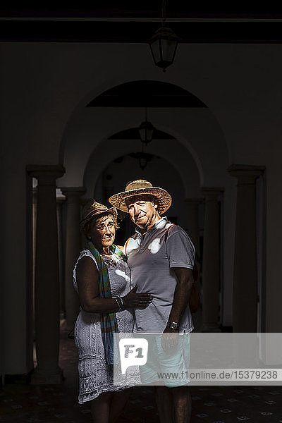Älteres Touristenpaar an einer Kolonnade im Schatten  El Roc de Sant Gaieta  Spanien