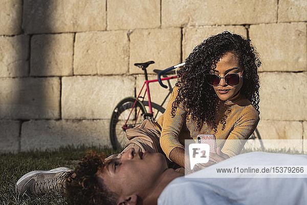 Junge Frau macht Smartphone-Fotos von ihrem Freund Junge Frau macht Smartphone-Fotos von ihrem Freund