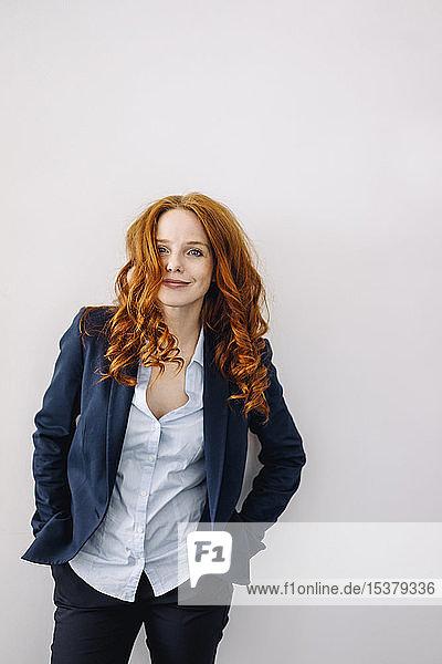 Porträt einer rothaarigen Geschäftsfrau