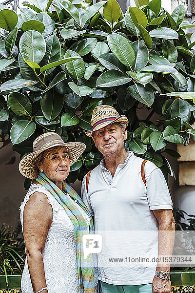 Porträt eines älteren Ehepaares mit Blatthintergrund  El Roc de Sant Gaieta  Spanien