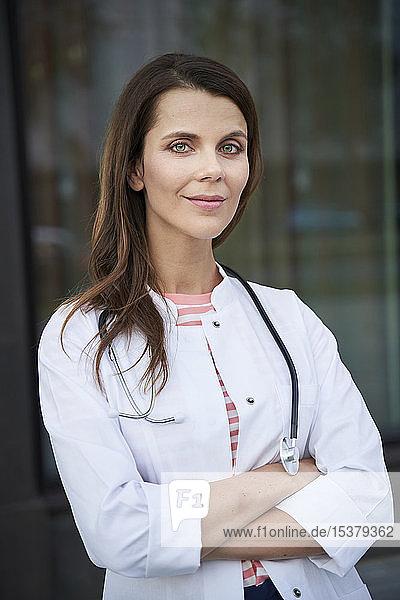 Porträt einer selbstbewussten Ärztin vor dem Krankenhaus