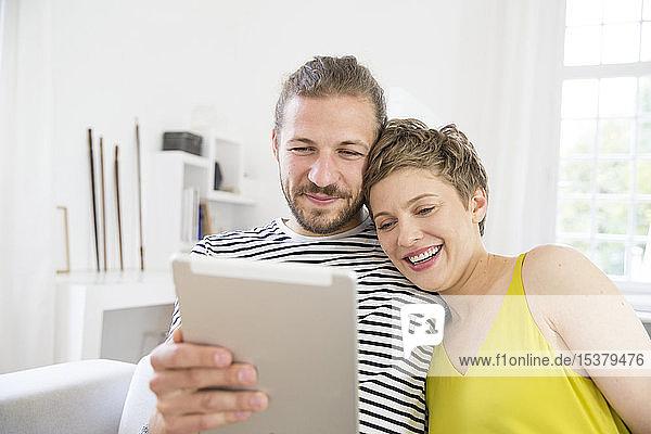 Junges Paar benutzt Tabletten zu Hause