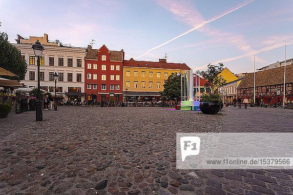 Gebäude auf dem Stadtplatz gegen den Himmel bei Sonnenuntergang in Malmö  Schweden