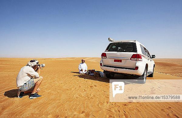 Tourist fotografiert seinen einheimischen Fahrer in der Wüste  Wahiba Sands  Oman