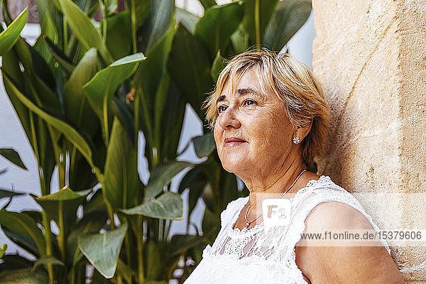 Porträt einer älteren Frau  die wegschaut