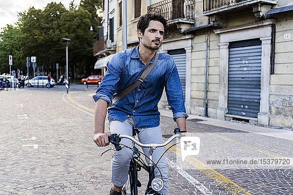 Mann auf dem Fahrrad in der Stadt