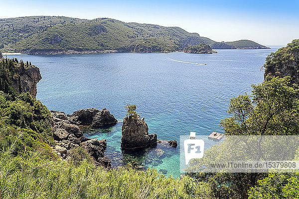 Panoramablick auf Meer und Berge auf Korfu,  Griechenland