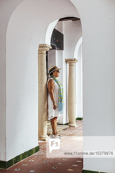 Ältere Touristin in einem Dorf  El Roc de Sant Gaieta  Spanien