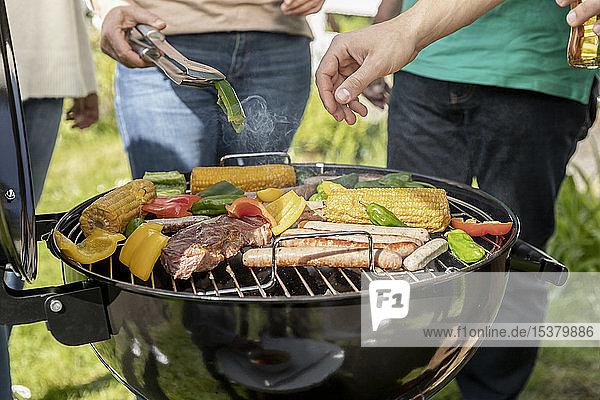 Nahaufnahme eines Barbecues im Garten