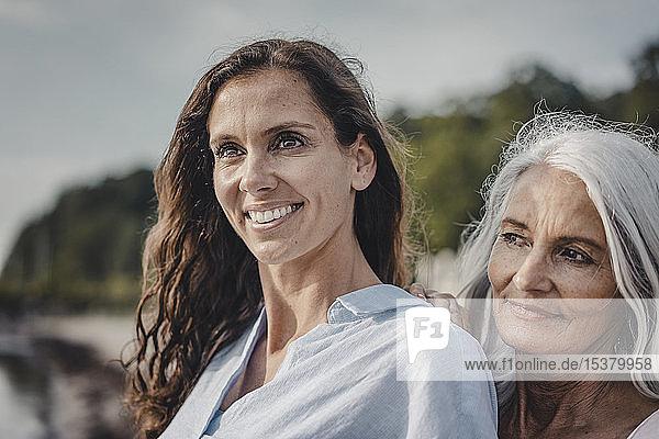 Mutter und Tochter verbringen einen Tag am Meer  Porträt
