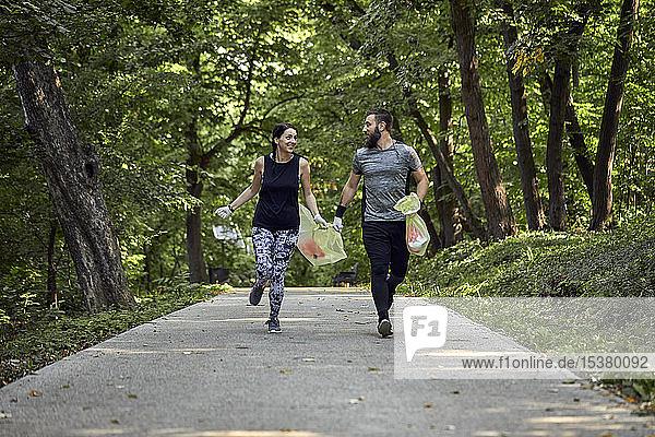 Paar pflügte auf Waldweg