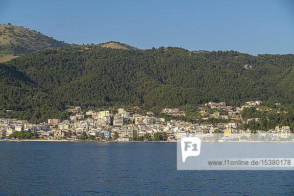 Gebäude vor dem Meer gegen Berge bei Korfu  Griechenland