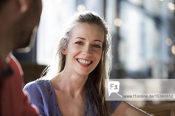 Porträt einer lächelnden Frau in einem Cafe