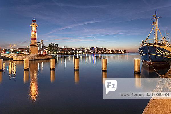 Beleuchteter Leuchtturm am Fluss gegen den Himmel bei Malmö  Schweden