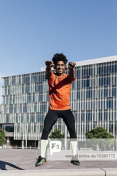 Junger Mann springt auf eine Bank