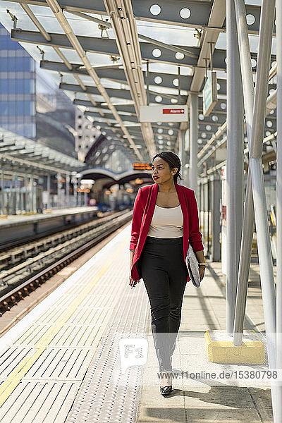 Geschäftsfrau auf dem Bahnsteig  London  UK