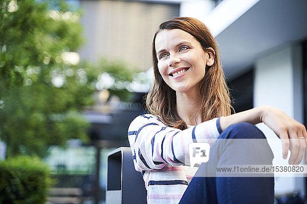 Lächelnde Frau macht eine Pause in der Stadt