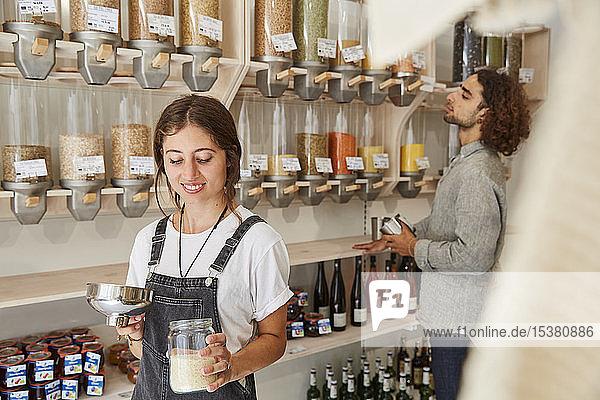 Frau kauft im verpackungsfreien Supermarkt ein