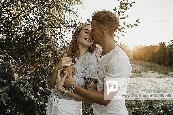 Porträt eines sich küssenden jungen Paares
