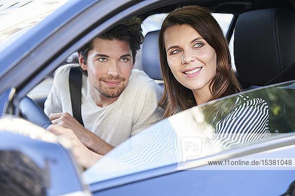 Ehepaar in einem Auto  das aus dem Fenster schaut