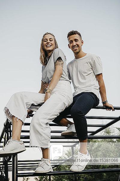 Junges Paar auf einem Klettergerüst