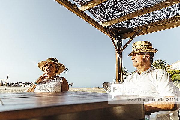 Älteres Ehepaar sitzt auf einer Bar-Terrasse am Strand  El Roc de Sant Gaieta  Spanien