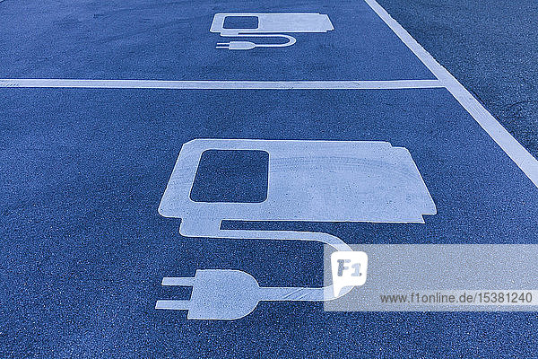 Symbol für Elektrofahrzeug-Ladestation an der Autobahn Symbol für Elektrofahrzeug-Ladestation an der Autobahn