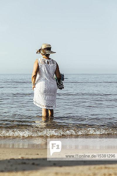 Ältere Frau watend im Meer  El Roc de Sant Gaieta  Spanien