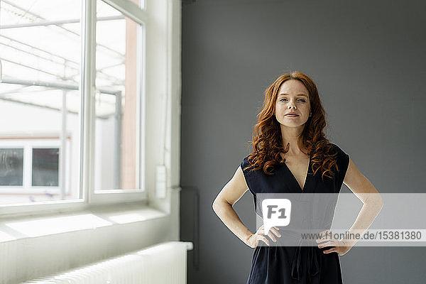 Porträt einer rothaarigen Geschäftsfrau in einem Loft