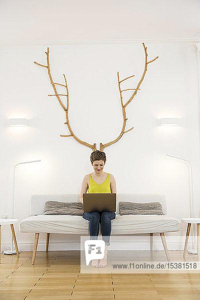 Frau benutzt Laptop zu Hause
