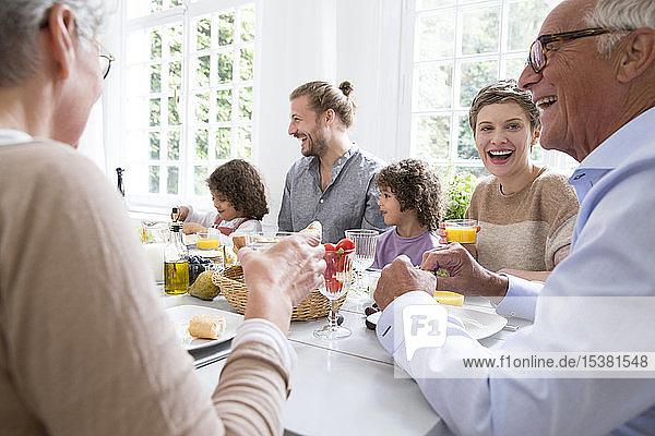Fröhliche Großfamilie beim Mittagessen zu Hause