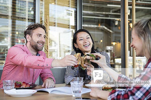 Glückliche Freunde beim Mittagessen in einem Café