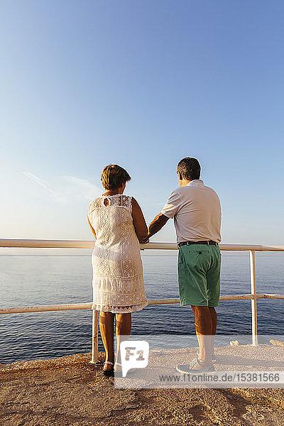 Rückansicht eines älteren Ehepaares am Aussichtspunkt an der Küste  El Roc de Sant Gaieta  Spanien