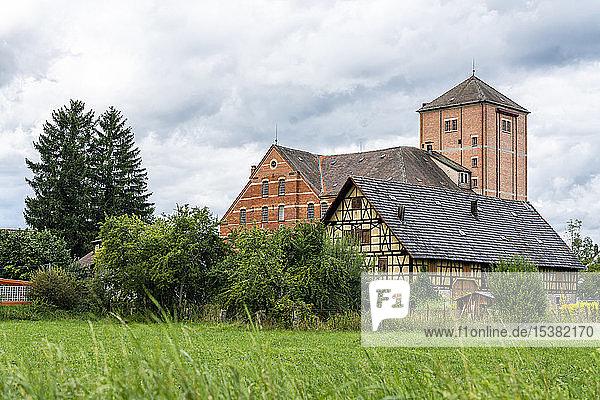 Altes Backstein- und Fachwerkgebäude  Mühle Hahn  Baden-Württemberg  Deutschland