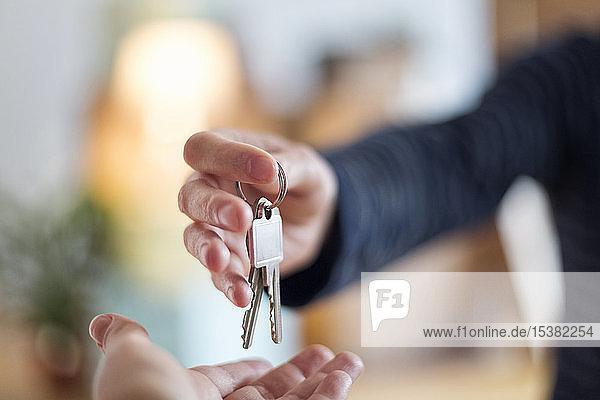 Nahaufnahme der Übergabe des Hausschlüssels im neuen Haus