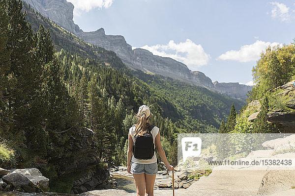 Rückansicht einer Frau  die die Aussicht in den Bergen genießt  Ordesa-Nationalpark  Aragon  Spanien