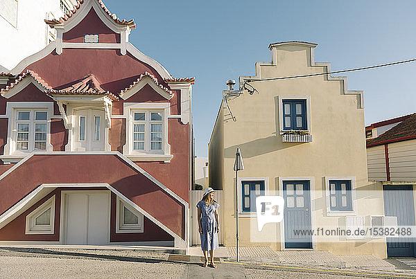 Frau  die vor Häusern steht  Costa Nova  Portugal