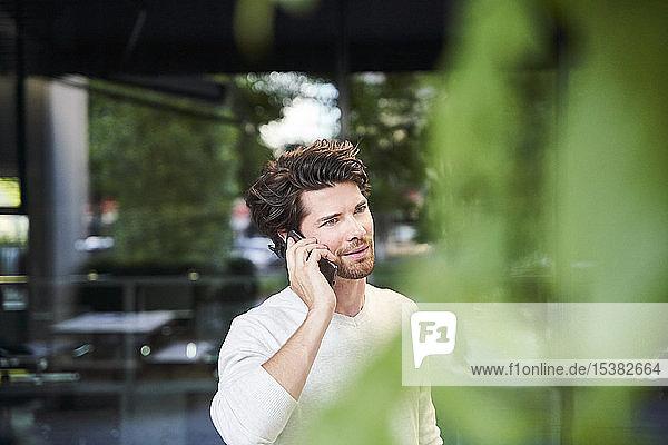 Telefonierender Mann in der Stadt