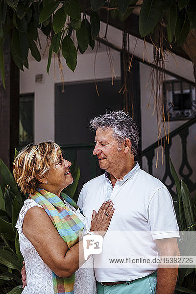 Lächelndes älteres Paar in einem Dorf  El Roc de Sant Gaieta  Spanien