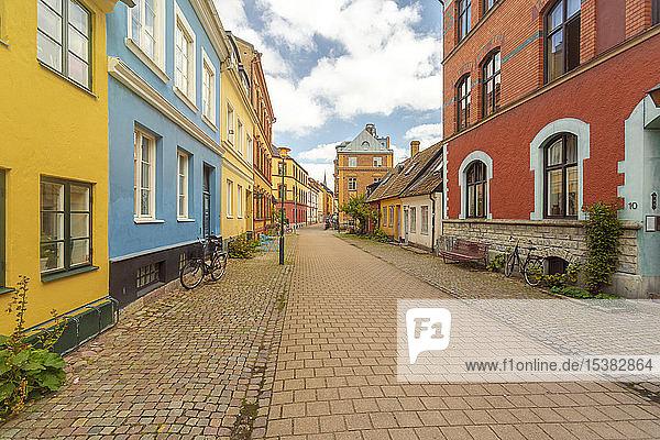 Leere Straße inmitten von Gebäuden in Malmö  Schweden