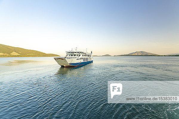 Schiff fährt auf See gegen den klaren Himmel bei Korfu  Griechenland