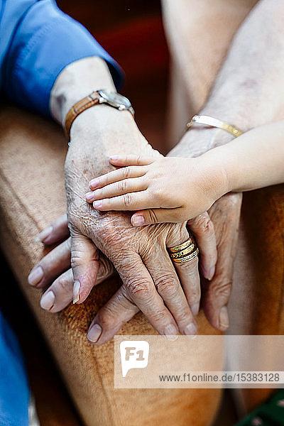Älteres Paar und Babyhand  Generationen zusammen