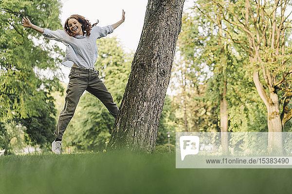 Porträt einer glücklichen rothaarigen Frau in einem Park