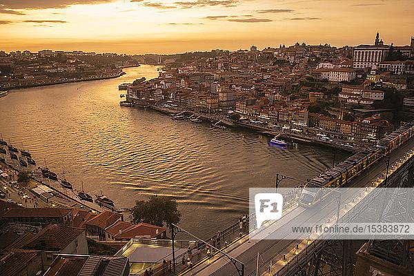 Panoramablick auf Porto mit Ponte Dom Luis Iat Sonnenuntergang  Portugal
