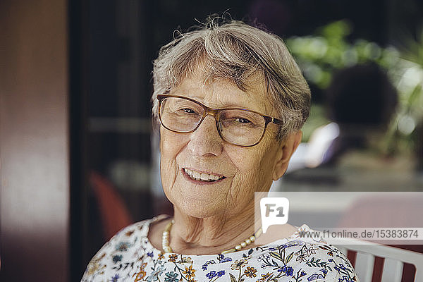 Porträt einer lächelnden älteren Frau